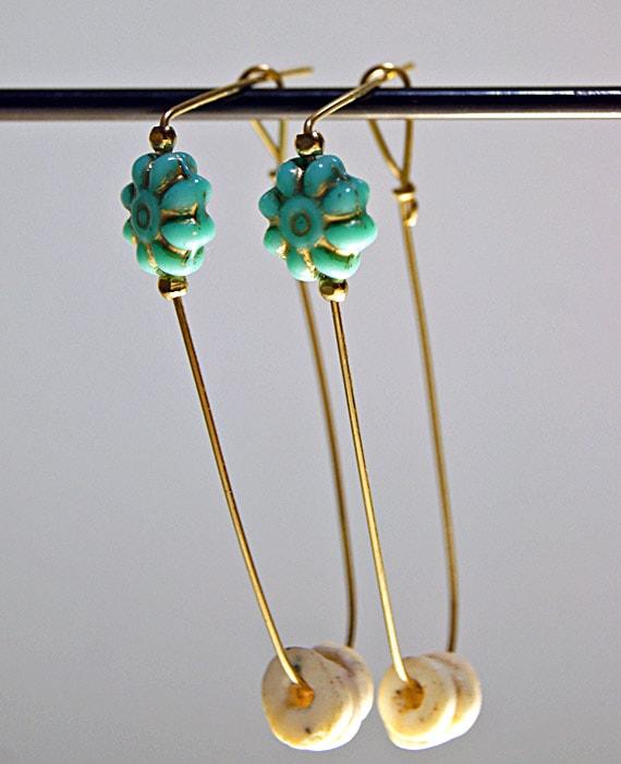 ダチョウのたまごの殻とターコイズカラーのガラスの花ピアス