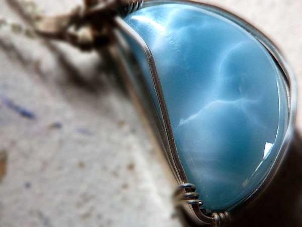 水を湛えた半月 美しいラリマー