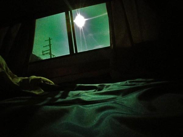 月明かり射す窓辺