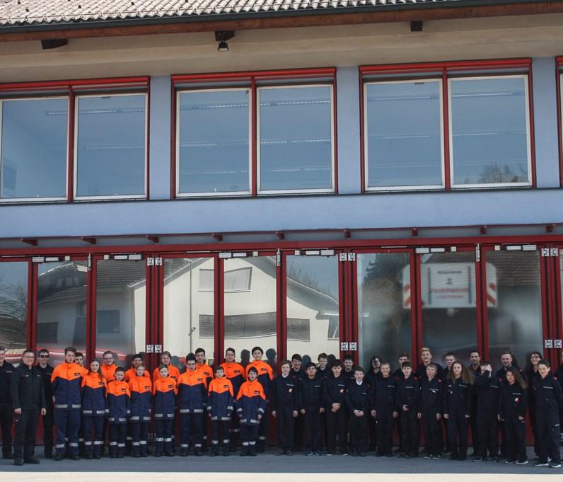 Gemeinsames Gruppenfoto vor dem Lustenauer Feuerwehrhaus vor der Abfahrt nach Mäder
