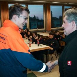 Gerd Ortner, der Leiter der Lustenauer Feuerwehrjugend gratuliert den Häfler Kameraden zum bestandenen Abzeichen
