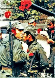 Imagem de soldados na Revolução dos Cravos, em 1974.