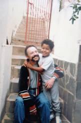 O universitário Caleb Ido de Abreu ainda criança, com seu pai adotivo. Foto do arquivo pessoal.