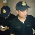 麻薬常習者の操作をするフィリピン・マニラの警察官