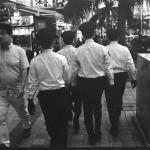 那覇市の国際通りを闊歩する若者を取り締まる警察官ら