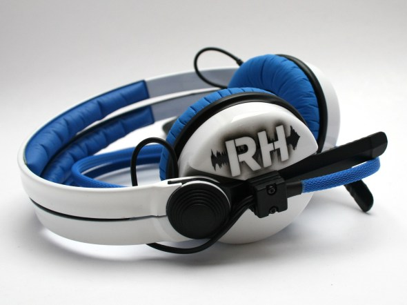 White Sennehsier HD25 with Logo image on the earcup-2801