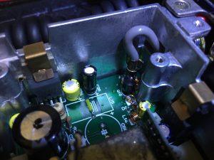オペアンプ(左)交換後のアルミ電解(中央黒色)
