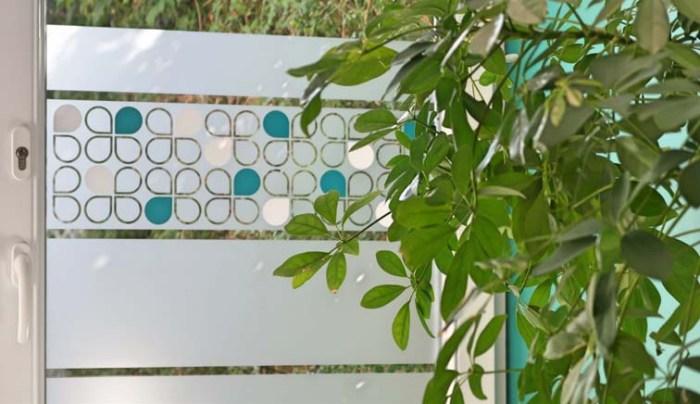 Stickers décoratif pour fenêtre motif lotus scandinave avec couleur et une plante devant la vitre