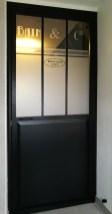 Porte de service customisé avec de l'adhésif dépoli