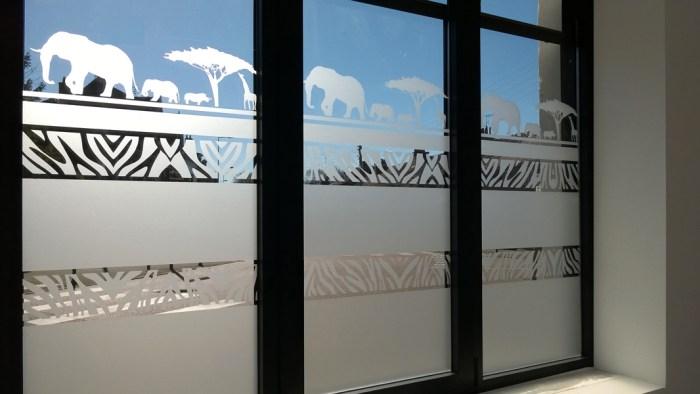 adhésif dépoli motif zèbre et savane posé sur une vitre