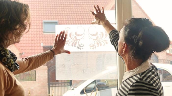 démonstration d'adhésif décoratif sur une fenêtre
