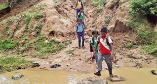 बच्चों को पैदल नदी पार कर जाना पड़ता है स्कूल