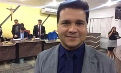 CORTEJADO – Vereador Marcelo Cruz inicia conversa com o PSDB