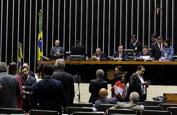 Parlamentares vão à Justiça contra privatização da Eletrobras
