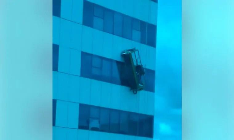 Limpadores de janela do CPA passam apuros após cabo de andaime soltar – VÍDEO