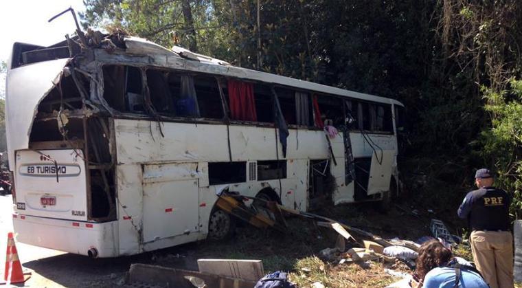 FATAL – Ônibus que levava time de futebol tomba e deixa mortos