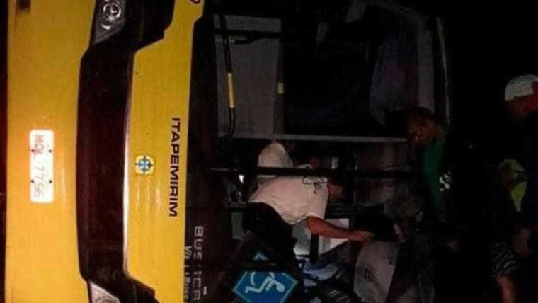 Passageiro surta em ônibus, ataca motorista, causa acidente e deixa um morto