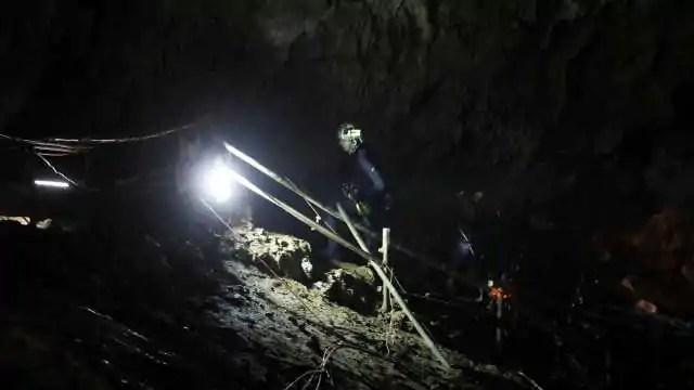 Dois meninos presos em caverna na Tailândia são resgatados