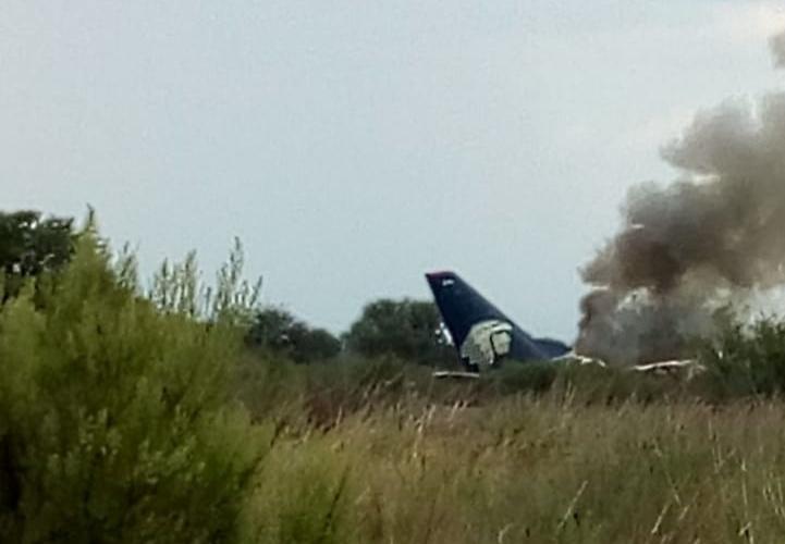 Avião da Embraer com mais de 100 pessoas a bordo cai no México