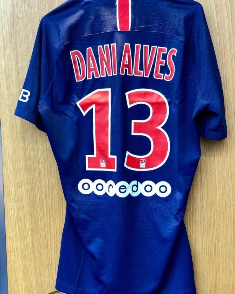 Daniel Alves passará a usar camisa 13 em homenagem a Zagallo