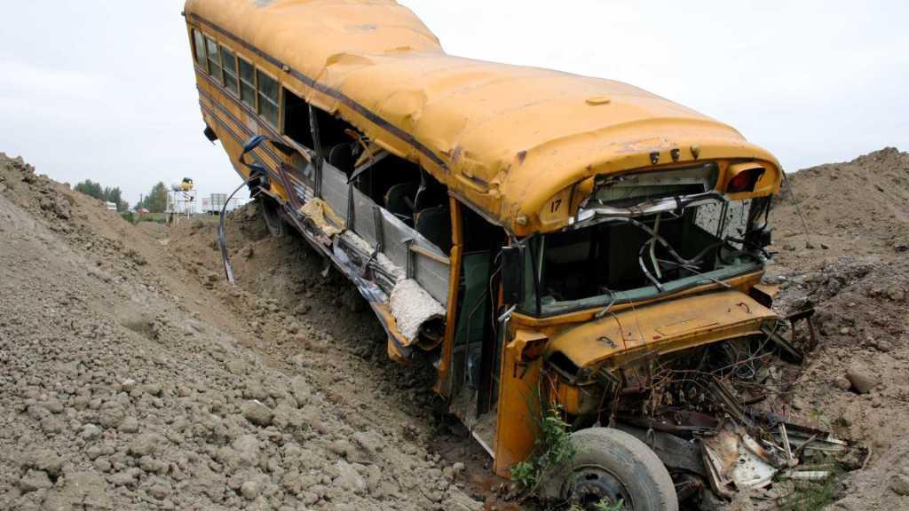 Ônibus cai em abismo e deixa oito mortos no Peru