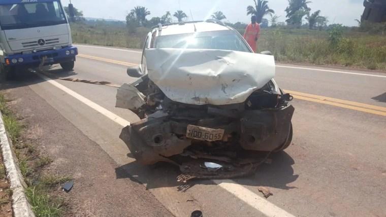 Táxi faz ultrapassagem em curva, colide com veículo e deixa cinco pessoas feridas na BR-364