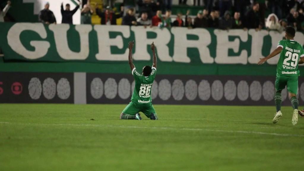 Chape vira sobre Atlético-PR e joga Vasco para o Z-4 do Brasileiro