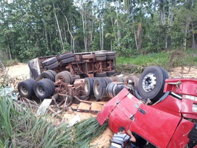BR-364: Grave acidente envolvendo duas carretas e micro-ônibus
