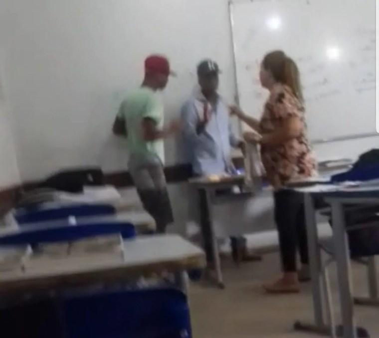 ABSURDO – Aluno agride professor dentro de sala de aula – VÍDEO