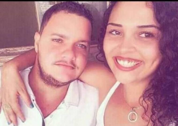 Garota acusada de encomendar a morte do padrasto se apresenta junto com marido e os dois são presos