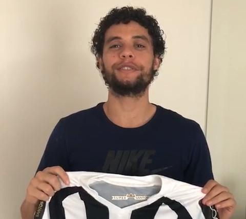 FUTEBOL – Lateral do Santos, Victor Ferraz doa camisa oficial para sorteio em Porto Velho