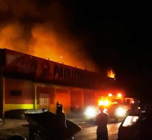 Supermercado recém-inaugurado é destruído pelo fogo