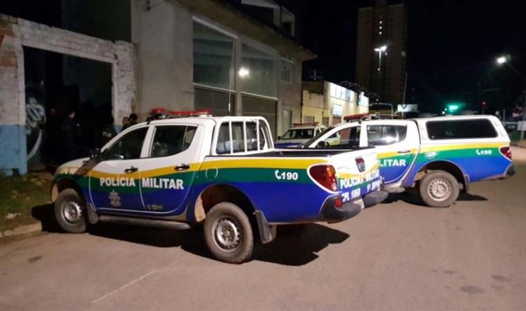 Após matar amigo durante bebedeira, home é preso em bar e ameaça matar guarnição da PM