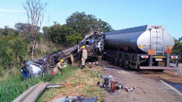 Acidente envolvendo ônibus de cantora deixa morto e 17 feridos em Goiás