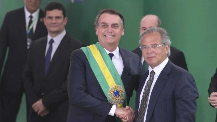 Bolsonaro assina decreto que fixa salário mínimo em R$ 998