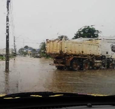 Forte chuva deixa ruas alagadas e famílias desalojadas em Ji-Paraná
