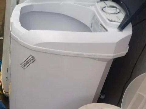 Criança cai dentro de máquina de lavar e morre afogada
