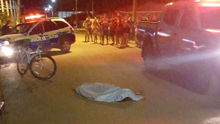 Homem é morto com três tiros por dupla em motocicleta