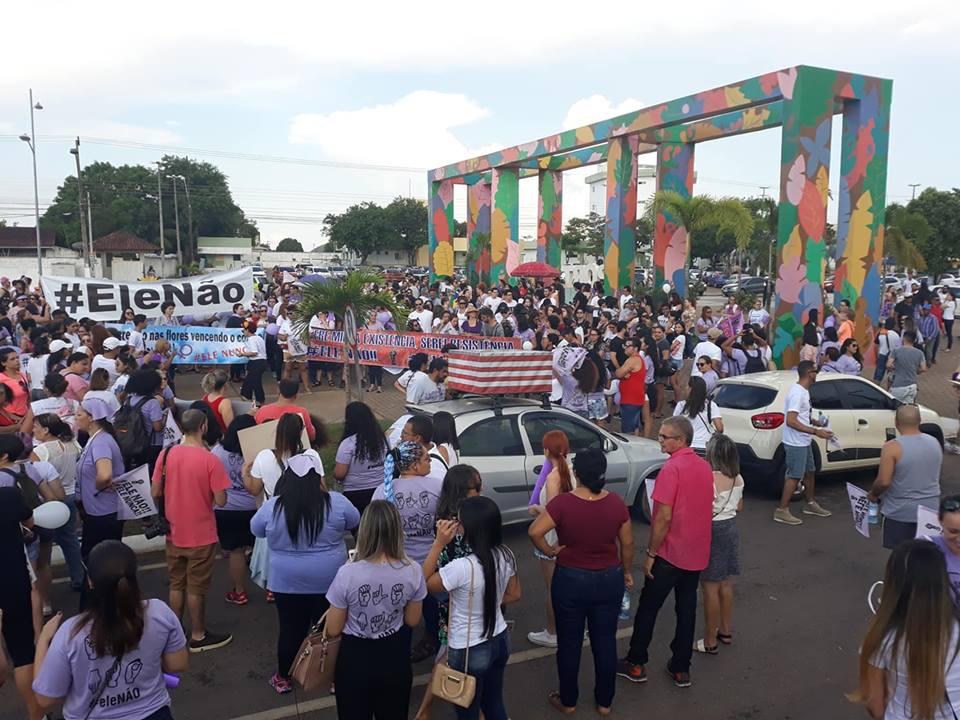 Portovelhenses fazem caminhada pró Bolsonaro no Espaço Alternativo