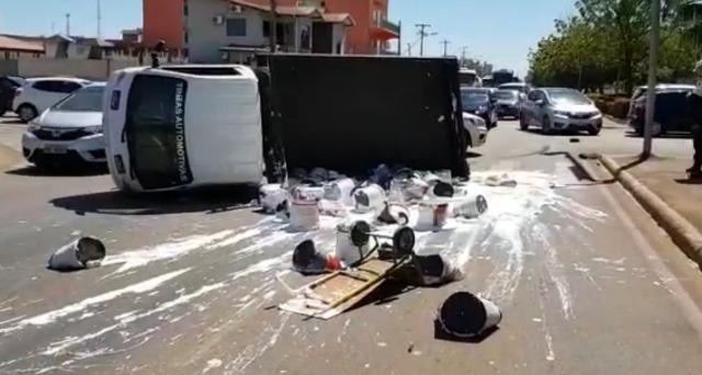 Caminhão é atingido por Saveiro e tomba na Jorge Teixeira