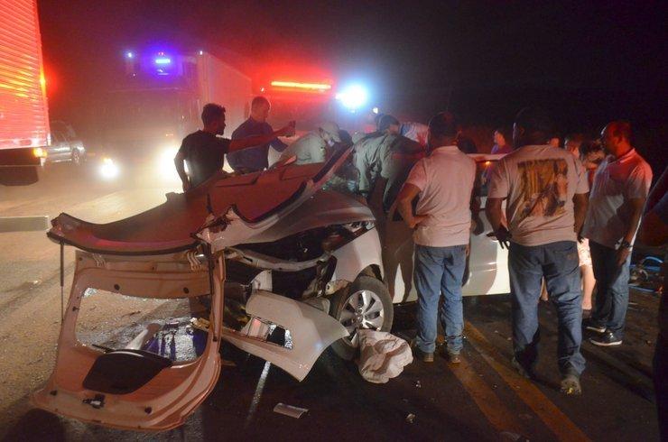 Acidente envolvendo três veículos deixa vítimas presas as ferragens na BR 364