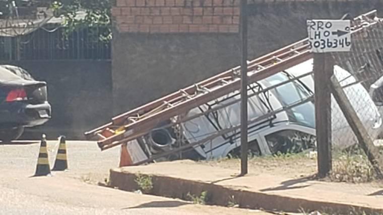 NO BURACO – Equipe da Energisa tomba veículo durante atendimento no Ulysses Guimarães