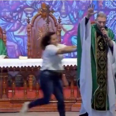 Mulher invade missa e empurra padre Marcelo Rossi – VÍDEO