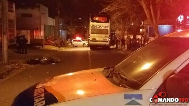 Jovem motociclista de 22 anos morre após colidir em ônibus