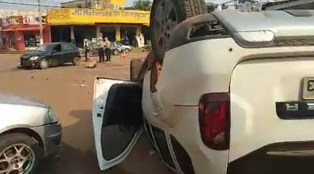 Motorista avança preferencial e capota veículo no centro de Porto Velho