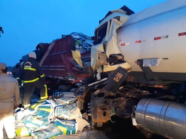 Motorista morre em acidente entre duas carretas e um carro na BR 319