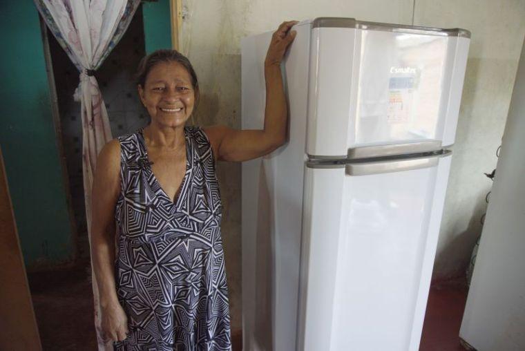 Famílias de baixa renda são beneficiadas com troca de geladeiras velhas por novas e econômicas