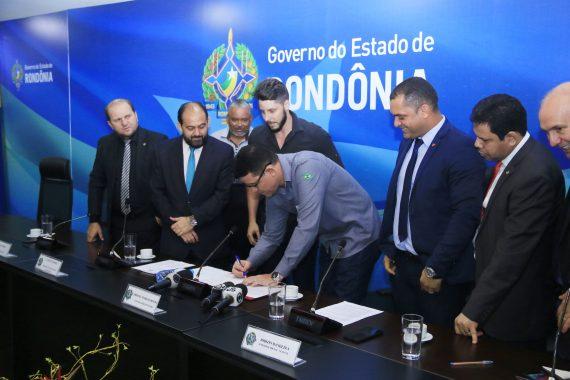 Assinada ordem de serviço para construção do Centro de Convenções e reforma do estádio Aluízio Ferreira