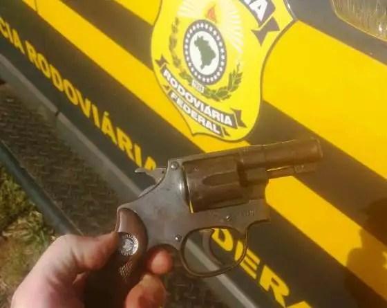 Motoqueiro é preso pela PRF por porte ilegal de arma de fogo