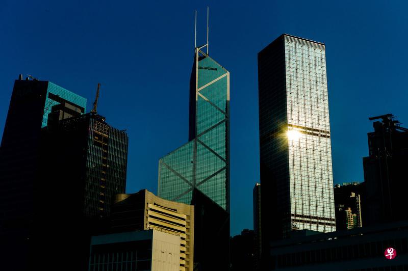 矗立在香港维多利亚海旁的中银大厦(中)也是贝聿铭的设计。(法新社)